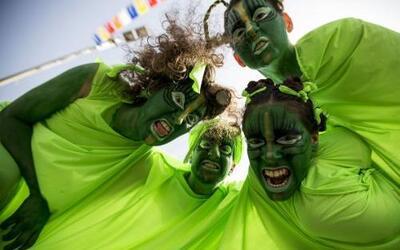 Bailarines israelíes participan en un desfile para celebrar la fiesta ju...