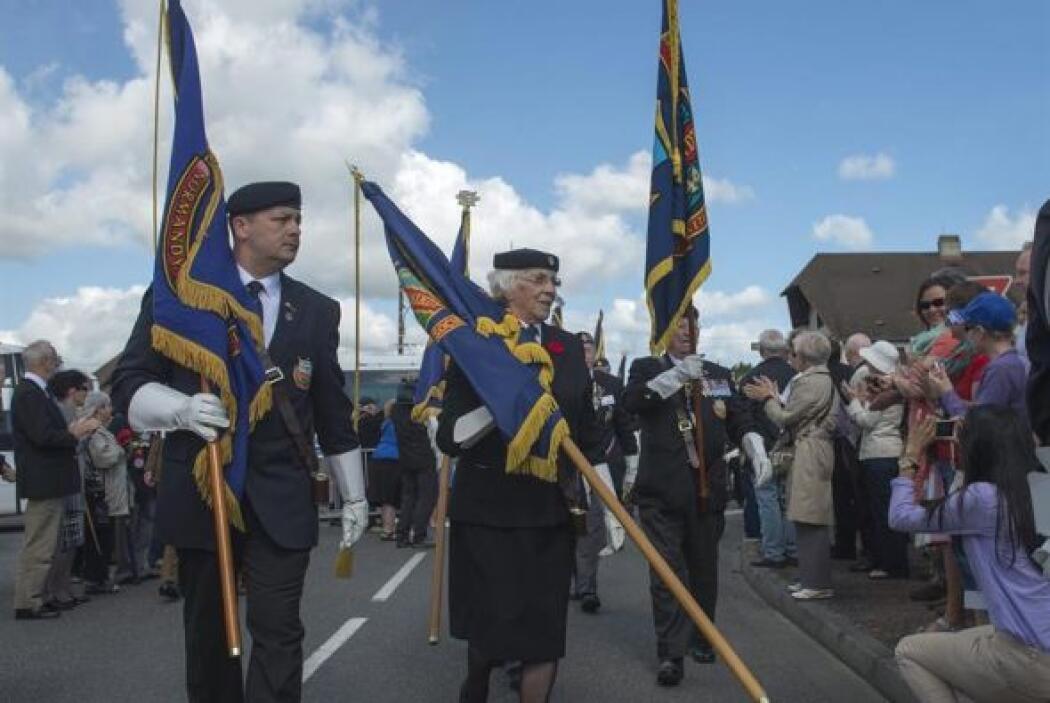 Integrantes de la Asociación de Veteranos de Normandía (NVA) marcharon h...