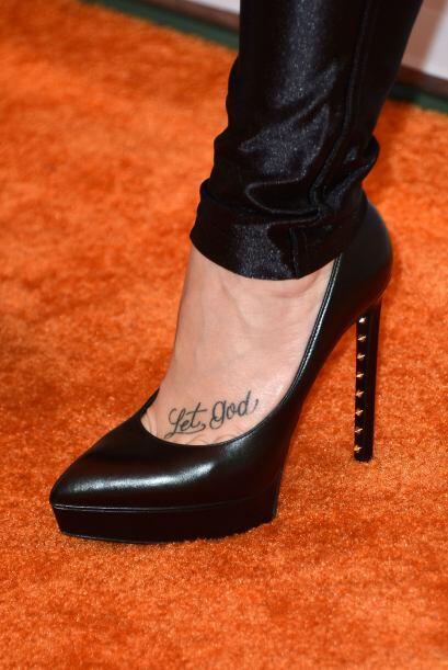 Ahora nos muestra su tatuaje con la frase 'let god'