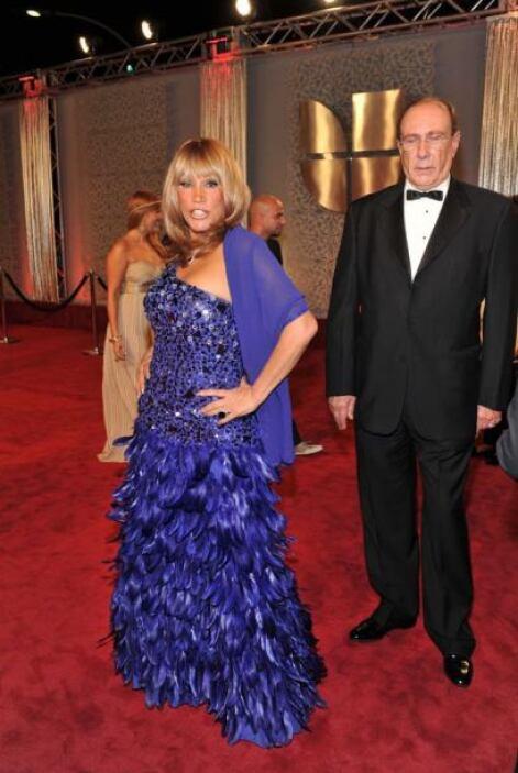 Laura León usó pedrerías y plumas en el vestido. ¿Qué te pareció?