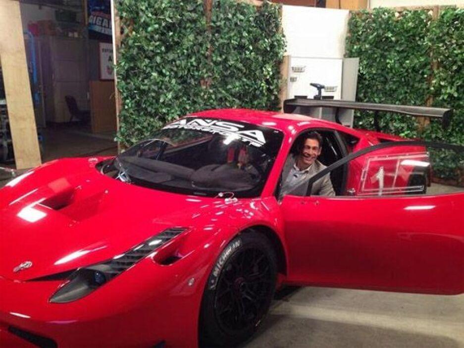 """""""Miren que bien me veo en este súper carro. ¿Parezco profesional, o no?""""..."""