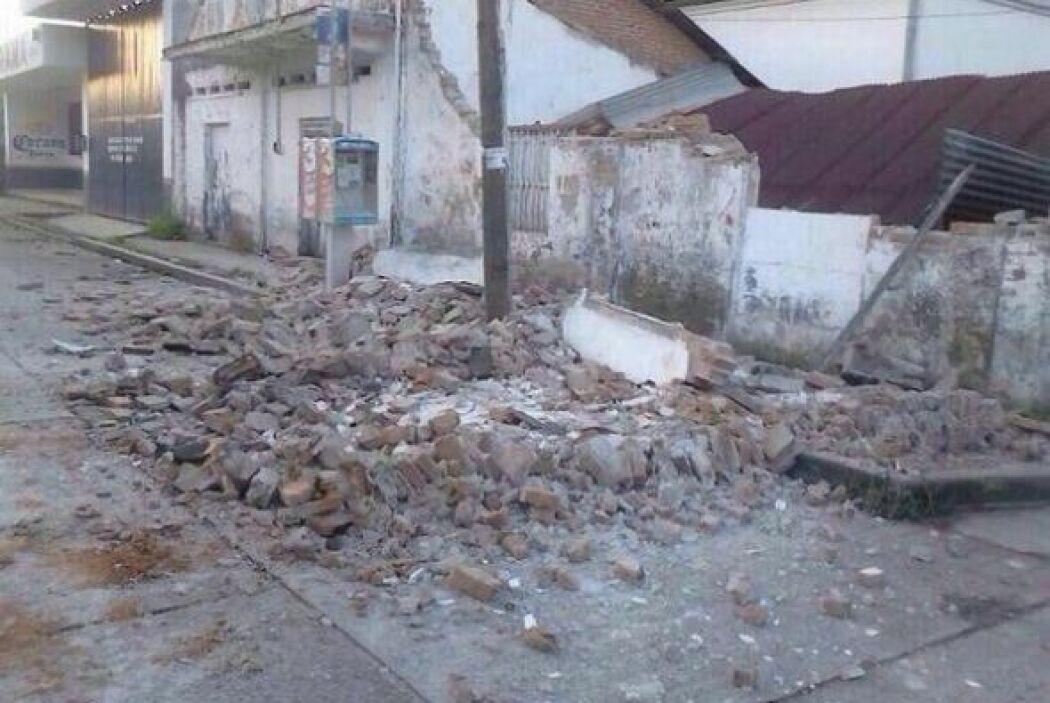 Mientras que en Huixtla, Chiapas un hombre terminó sepultado bajo una ba...