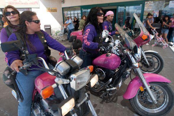 Sobre sus motos rosa, chaquetas de cuero y los cabellos al viento, las '...