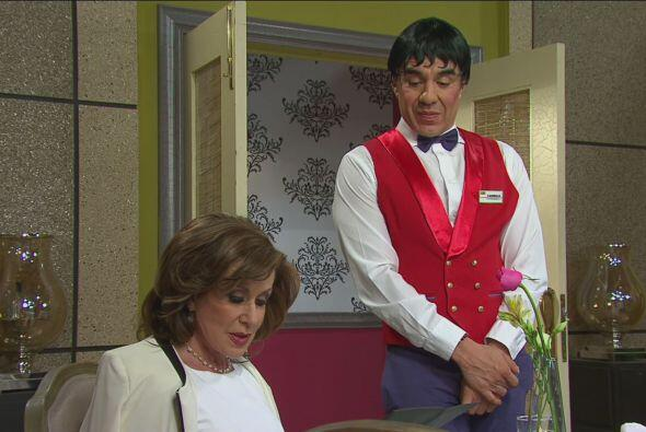 Cuando Doña Luz María ordenó su comida, Carmelo la...