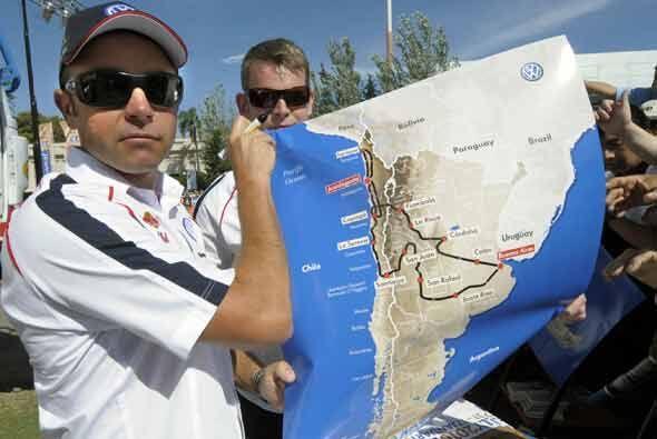 El actual campeón Giniel De Villiers, muestra el mapa con la ruta trazada.
