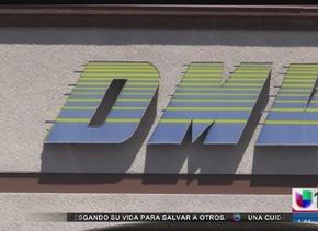 Inmigrante salvadoreño expone falla del DMV