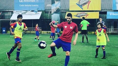 'El Guaje' Villa disfruta con la actividad de su academia de fút...