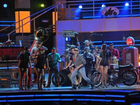 Por primera vez Larry Hernández cantó en el escenario de Premio Lo Nuest...