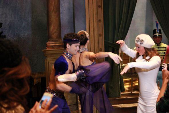 Mientras que Carolina danzaba junto a los bailarines.