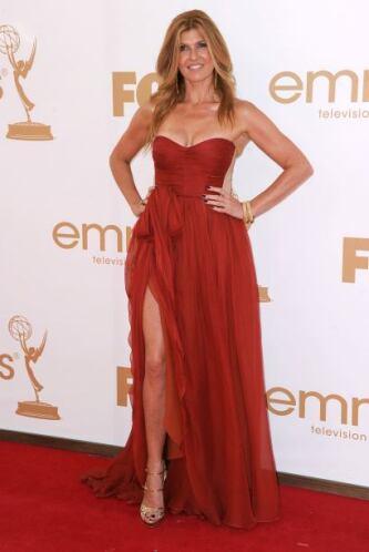 Connie Britton se veía tremendamente 'hot' con ese vestido 'strapless' c...