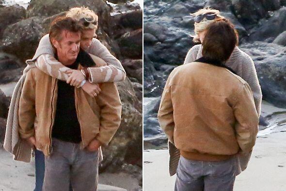 Charlize Theron y Sean Penn siguen derramando miel. Más videos de...
