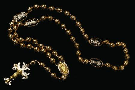 Rosario con cuentas esfericas, estilo antiguo, con cinco medallones y un...