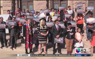 Decenas de personas se manifiestan en contra de la iniciativa de ley SB 4