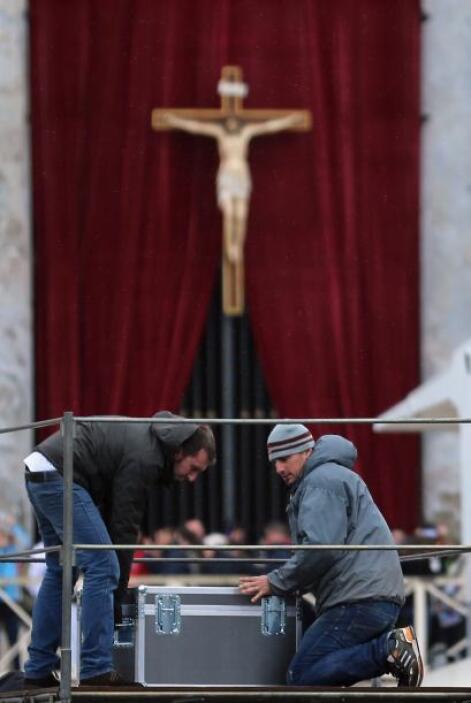 A las 09.15 hora local (08.15 GMT) entrará en la basílica para colocarse...