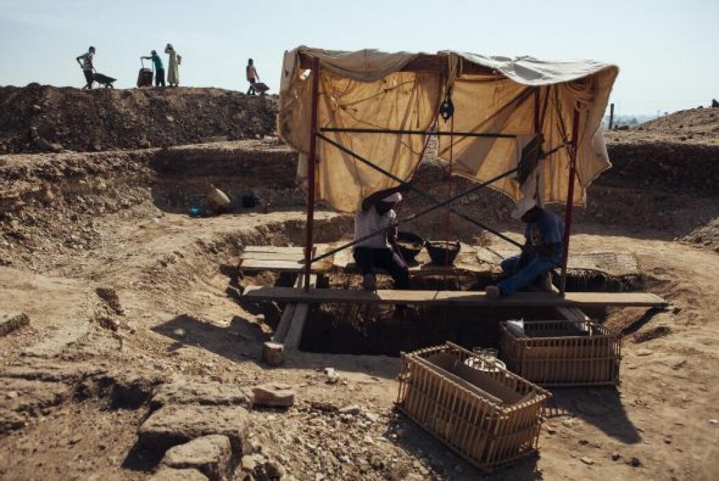 Hombres egipcios trabajan en un sitio arqueológico cerca del Valle de lo...