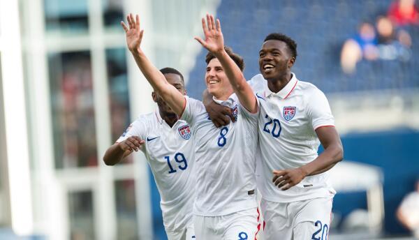 Make Tall celebra el gol de Emerson Hyndman con Omogbolahan Ariyibi de E...