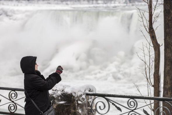 Una sección de las cataratas del Niágara se ha congelado g...