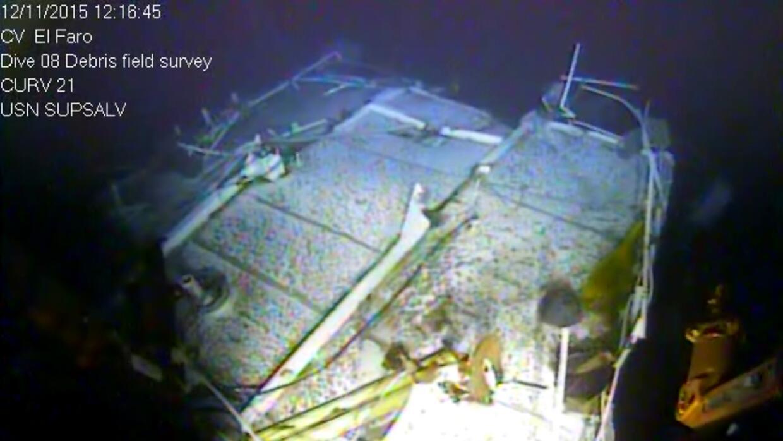 Los restos de la popa dañada del carguero hundido El Faro