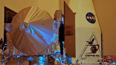 La nave OSIRIS-REx reposa en su base, en el Centro Espacial Kennedy, poc...