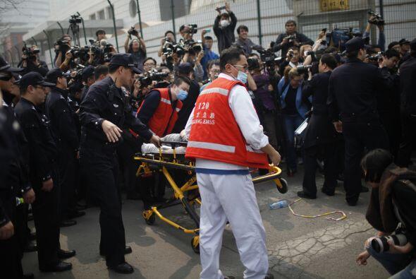 En tanto, una mujer se desmayó y fue llevada en una camilla para recibir...