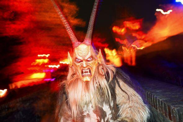 En la noche de brujas, todos los demonios salen de sus escondites, sólo...
