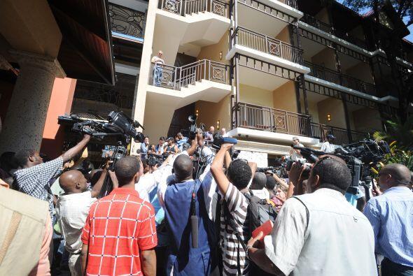 El tumulto de los periodistas no se hizo esperar  en las afueras del hotel.