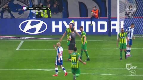 Tarjeta amarilla. El árbitro amonesta a Yordan Hernando Osorio Paredes d...