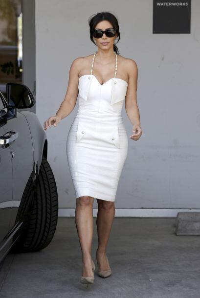 21. Aquí la vemos muy elegante y vestida de blanco en la despedida de so...