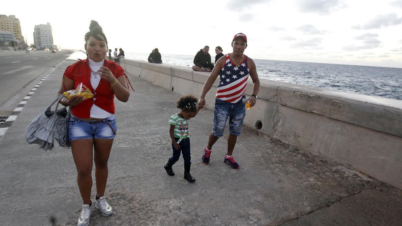 Una familia caminan por el malecón de La Habana este jueves 12 de enero...