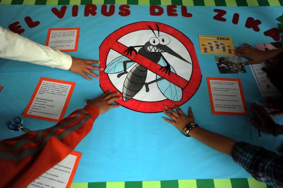 Los síntomas del zika incluyen sarpullidos, fiebre leve y dolor en las a...