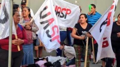 Sindicalistas de la UASP apostados frente a una ded las entradas del Con...