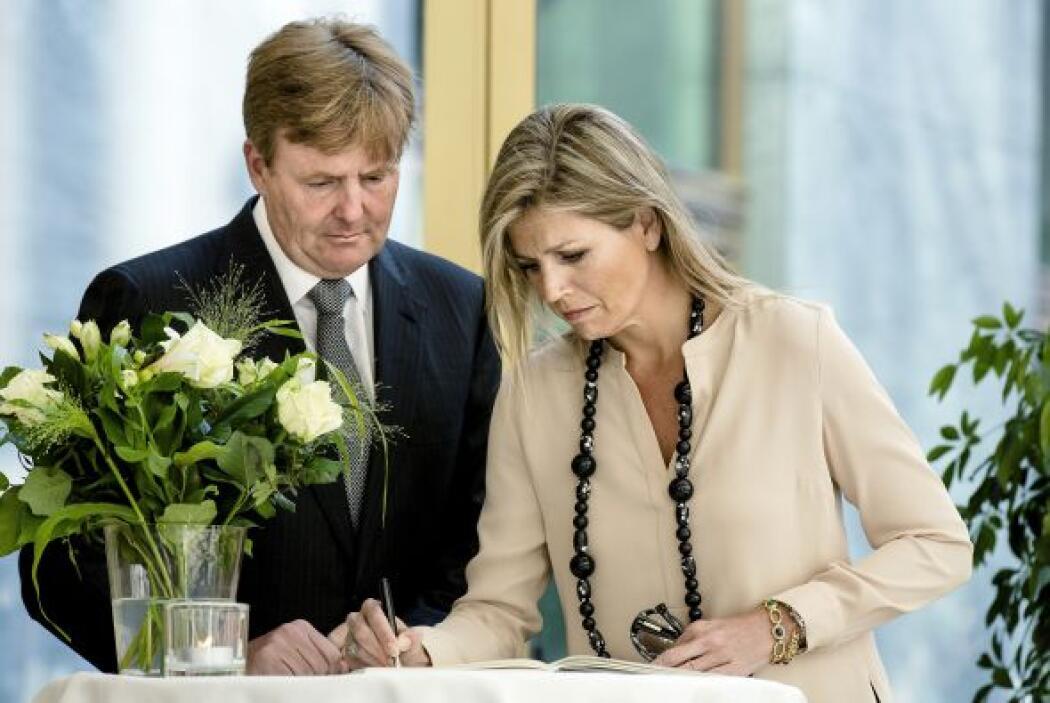 Los Reyes de Holanda firman un registro de condolencias en el Ministerio...