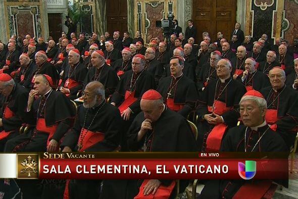 Más tarde, los 70 cardenales pasaron uno por uno a despedirse del sumo P...