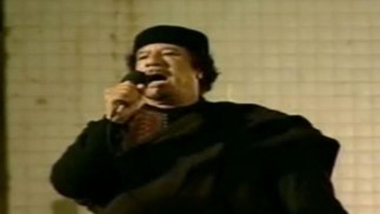 Muamar Gadafi apareció en la televisión nacional dirigiéndose a un peque...
