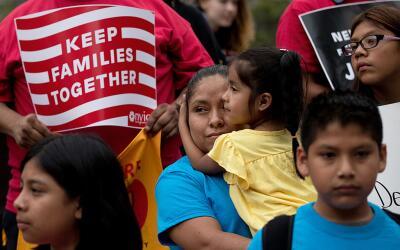 Activistas prorreforma migratoria se reunen en un mitin en Nueva York en...