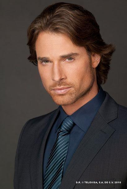 Sebastián Rulli es Arturo, un profesor atractivo, culto y adinera...