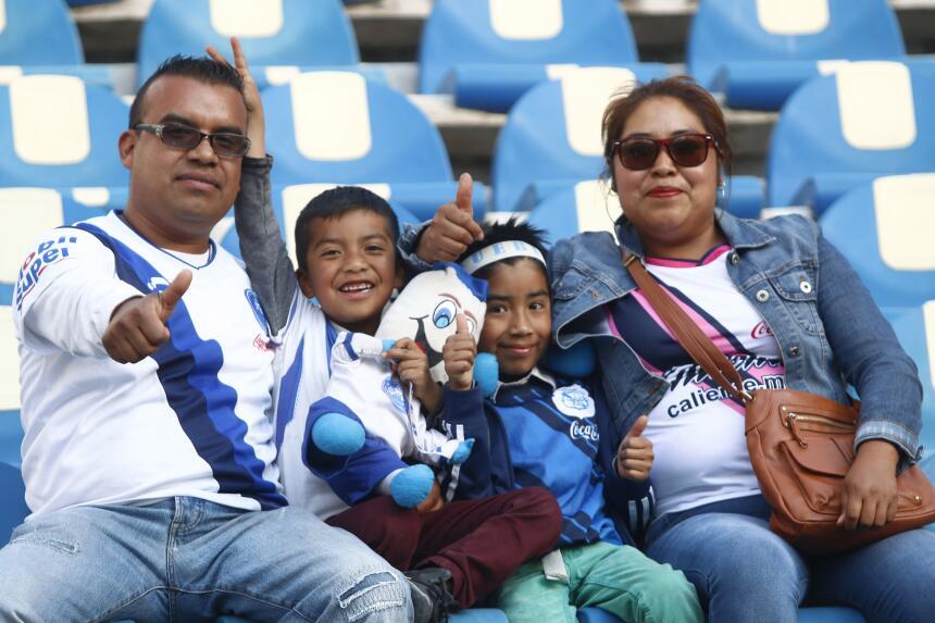 Morelia derrotó a Puebla con gol de último minuto Afición poblana.jpg
