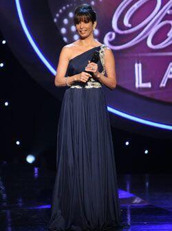 Pues este vestido azul, corte romano, le hizo lucir como una diosa griega.