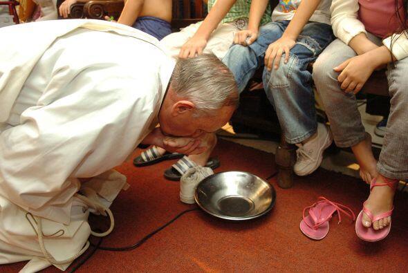 El papa Francisco besando los pies a un enfermo en el Hospital de Ni&nti...