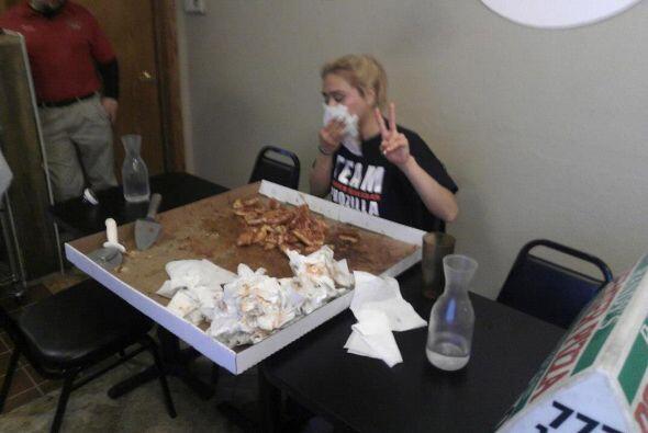 Su carrera consiste en devorar comida monstruosa en concursos de restaur...
