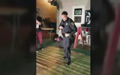 Policía de San Antonio responde a queja de ruido y termina bailando sals...