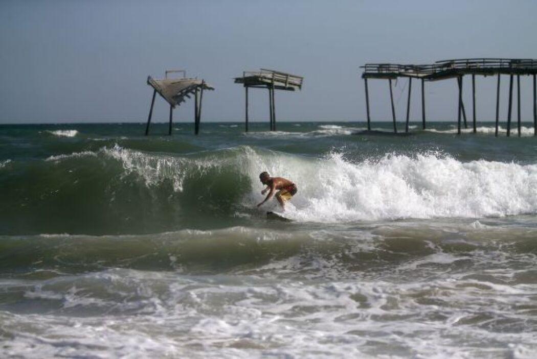 Debido a las grandes ola, algunos han decidido surfear antes de la llega...