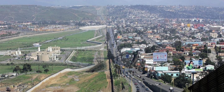Dos países separados por un muro, pero dependientes el uno del otro para...