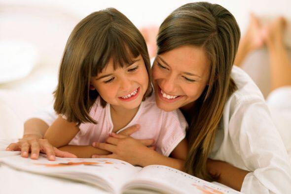 Lee en voz alta. El leer a los pequeños en voz alta en el idioma...