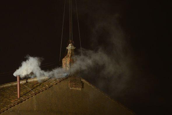 A la par de la fumata blanca, las campanas de la Basílica de San Pedro h...