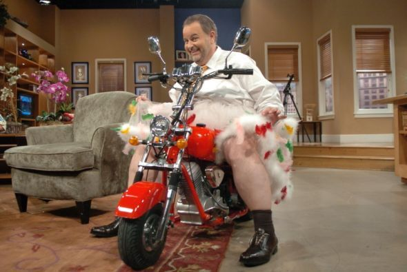 Raúl dio algunas vueltas por el set sobre su motocicleta.