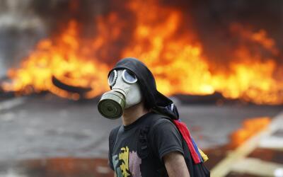 Un manifestante contra el gobierno de Nicolás Maduro en una carre...