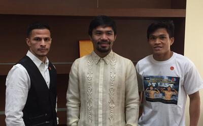 McJoe Arroyo (izquierda) y Jerwin Ancajas (derecha) posan con Manny Pacq...