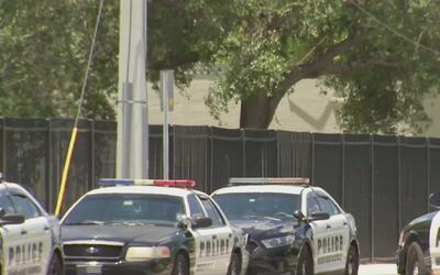 Sospechosos que huían de la policía irrumpen en una escuela en el Sur de...