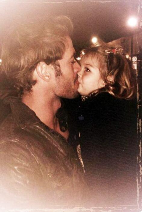 Lo más importante para él son sus hijos, ¡qué beso más tierno! ¿No crees?
